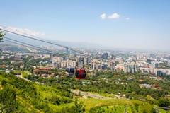 Almaty linia horyzontu z wagonem kolei linowej Zdjęcie Royalty Free