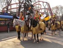 Almaty - lokalt folk på hästarna arkivbilder