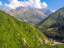 Almaty - montagnes et station de sports d'hiver de Shymbulak Photographie stock