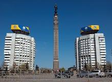 Almaty - monumento de la independencia de Kazajistán Imagenes de archivo