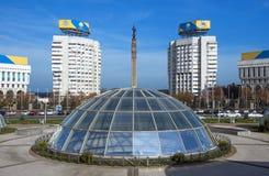 Almaty - place de République et monument de l'indépendance de Kazakhstan Photographie stock libre de droits