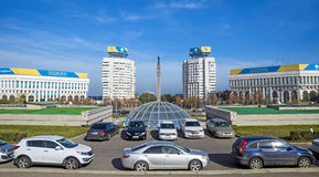 Almaty - quadrado da república e monumento da independência de Cazaquistão Imagem de Stock