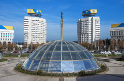 Almaty - quadrado da república e monumento da independência de Cazaquistão Fotografia de Stock Royalty Free