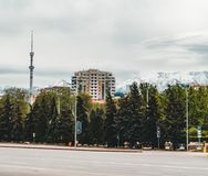Almaty stadslandskap med snö-korkade Tian Shan för koktobe berg i Almaty Kasakhstan arkivfoto