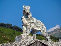 Almaty - statua di un leopardo delle nevi Immagine Stock