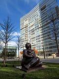 Almaty - statua di una donna vicino al centro di affari di Esentai Tower Fotografia Stock Libera da Diritti