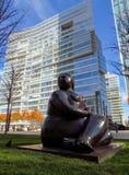 Almaty - statua di una donna vicino al centro di affari di Esentai Tower Immagine Stock Libera da Diritti