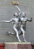 Almaty - vecchia scultura dei corridori delle donne Fotografia Stock