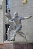Almaty - vecchia scultura dei giocatori di football americano Fotografia Stock