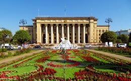 Almaty - vista panoramica alla vecchia Camera di governo e del quadrato Immagini Stock Libere da Diritti