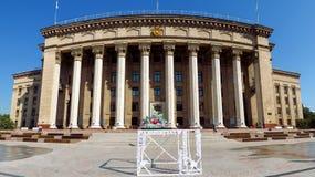 Almaty - vista panoramica alla vecchia Camera di governo e del quadrato Immagine Stock Libera da Diritti