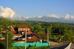 Almaty wsi pejzaż miejski z górami i drogą Zdjęcie Stock