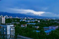 Almaty zmierzchu linia horyzontu Zdjęcia Stock