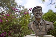 Almeda庭院-植物园在有一个老人的胸象的直布罗陀反对自然庭院背景的 免版税库存照片