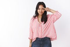 almeda 可爱的嫩玻利尼西亚年轻女人画象镶边桃红色女衬衫陈列胜利或和平标志的 库存照片