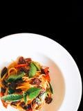 Almeja picante del bebé de los espaguetis en negro aislada imagen de archivo