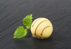Almendra garapiñada blanca del chocolate foto de archivo libre de regalías