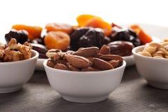 Almendra, nuez y cacahuetes con las frutas secadas fotos de archivo