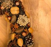 Almendras Anise Stars Hazel de los conos del pino de la decoración de la guirnalda de la Navidad Imagen de archivo