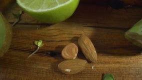 Almendras, cal, kiwi, granos brotados, bróculi Alimento sano almacen de video