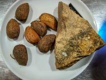 Almendras con el abrelatas de piedra natural fotografía de archivo libre de regalías