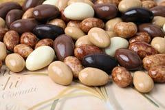 Almendras con el chocolate. Fotografía de archivo libre de regalías