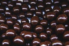 Almendras en chocolate en el cierre de la ventana de la tienda - encima de la visión desde arriba foto de archivo