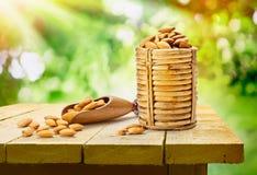 Almendras en la tabla de madera foto de archivo libre de regalías