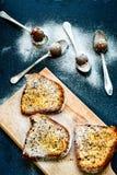 Almendras garapiñadas de la torta y del chocolate del limón de Bundt Fotos de archivo