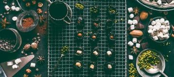 Almendras garapiñadas hechas en casa con las frutas, las nueces y la melcocha secadas Polvo derretido del chocolate y de cacao en imagen de archivo