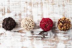 Almendras garapiñadas hechas en casa del chocolate Trufa de chocolate hecha en casa Imagen de archivo