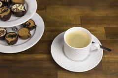 Almendras garapiñadas y café express del chocolate foto de archivo