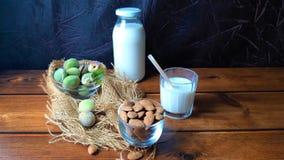 Almendras y leche fresca en la madera fotografía de archivo libre de regalías