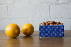 Almendras y limones Fotografía de archivo libre de regalías