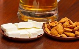 Almendras y queso Fotos de archivo libres de regalías