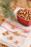 Almendras y ramitas caramelizadas del árbol de navidad Foto de archivo