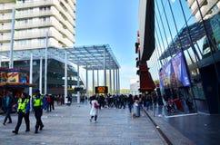 Almere, Nederland - Mei 5, 2015: De menigte neemt aan de parade deel viert van bevrijdingsdag in Almere Royalty-vrije Stock Foto
