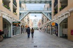 Almere, Nederland - Mei 5, 2015: Mensen die bij de moderne stad van Almere winkelen Stock Foto's