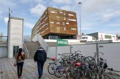 Almere, Países Bajos - 5 de mayo de 2015: Gente que camina en la ciudad moderna de Almere Foto de archivo