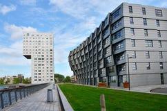 Almere, Paesi Bassi - 5 maggio 2015: Esterno delle costruzioni di appartamento moderne in Almere Fotografia Stock Libera da Diritti