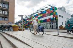 Almere, Paesi Bassi - 5 maggio 2015: La gente che cammina nella città moderna di Almere Fotografie Stock Libere da Diritti