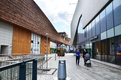 Almere, Paesi Bassi - 5 maggio 2015: La gente che compera al centro urbano moderno di Almere Fotografia Stock
