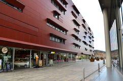 Almere, Paesi Bassi - 5 maggio 2015: La gente visita il centro urbano moderno di Almere Fotografia Stock