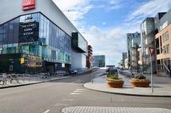 Almere, Paesi Bassi - 5 maggio 2015: La gente visita il centro urbano moderno di Almere Fotografia Stock Libera da Diritti