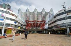 Almere, Paesi Bassi - 5 maggio 2015: Stazione centrale di Almere di visita della gente Fotografia Stock Libera da Diritti