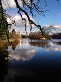 Alminar con el lago Foto de archivo libre de regalías