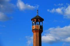 Alminar de la mezquita con el cielo azul y las nubes hermosos Imagenes de archivo
