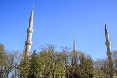 Alminar de una de las mezquitas en Estambul imagen de archivo