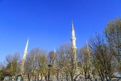 Alminar de una de las mezquitas en Estambul imagenes de archivo