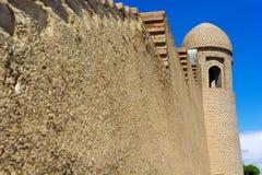 Alminar de una mezquita y una pared contra el cielo azul Fotos de archivo libres de regalías